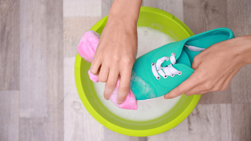 bb276fa7f00 Πρακτικά tips για να καθαρίσεις τα πάνινα παπούτσια | Georgantas Shoes
